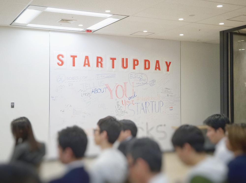 Evento de startup com público diverso.